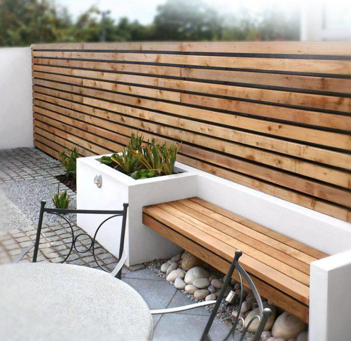Чудесная невысокая конструкция, которую можно легко создать из ненужных деревянных досок и бетона, и использовать в качестве удобной лавочки или даже небольшого диванчика.