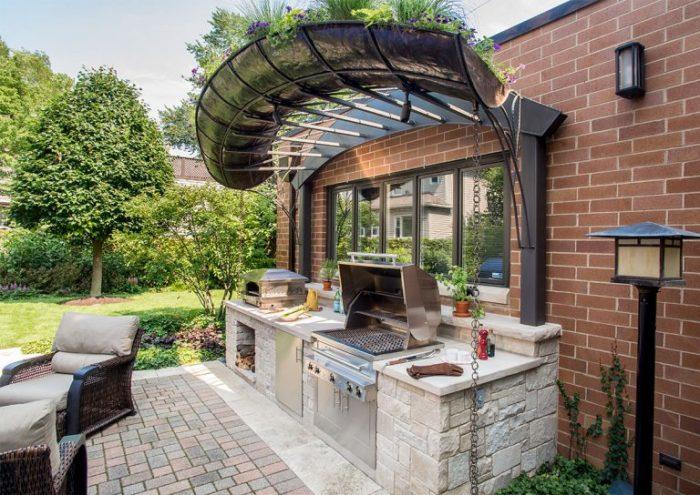 Небольшой кухонный блок, пристроенный к загородному дому.