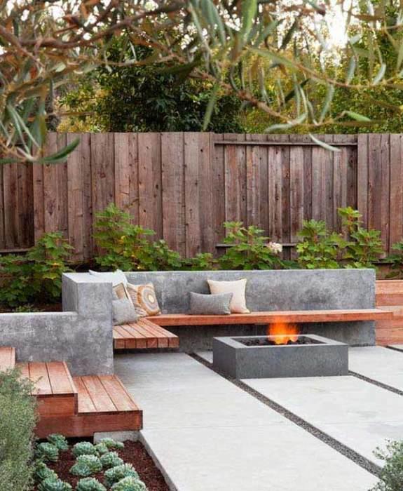 Очаг в центре сада придаст некую изюминку и поможет создать особую атмосферу.