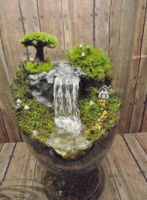 Красивый декоративный террариум с водопадом и домиком.