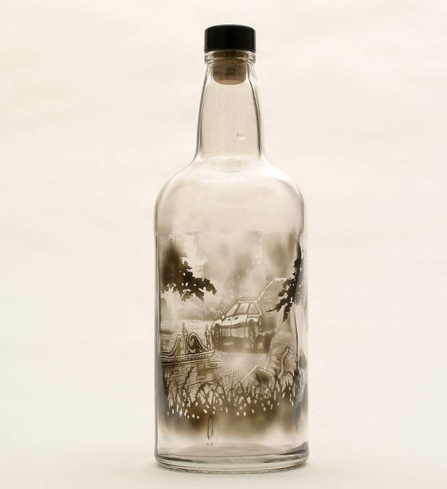 Необычный рисунок на прозрачной бутылке.