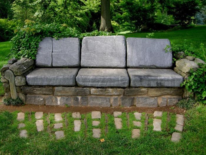 Скамейка выложенная из камней разной величины - смелый проект для садового участка.