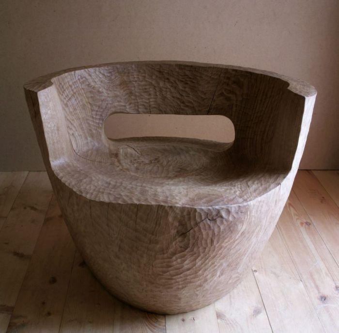 Простое, но в тоже время оригинальное кресло из цельного массива древесины.