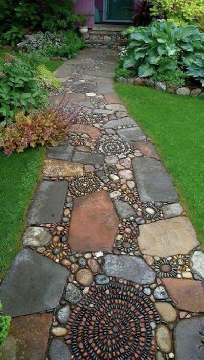 Выложенные мозаикой садовые дорожки из гальки превосходно сочетаются с разными стилями оформления дачного участка.