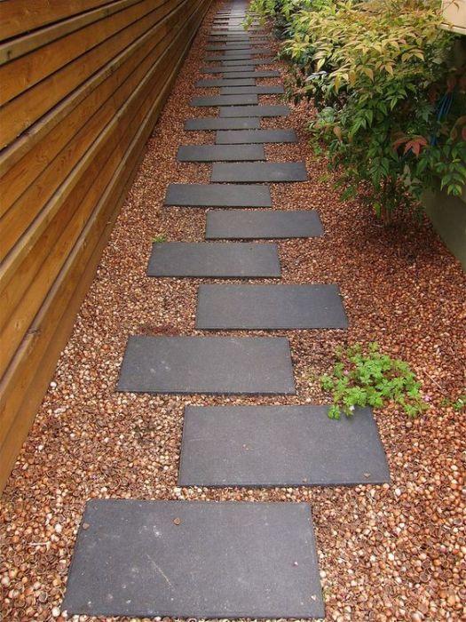 Садовые тропинки из крупной каменной плитки всегда пользовались спросом у дачников.