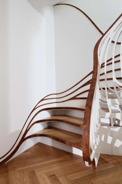 Деревянная лестница причудливой формы - смелое решение для загородного дома.