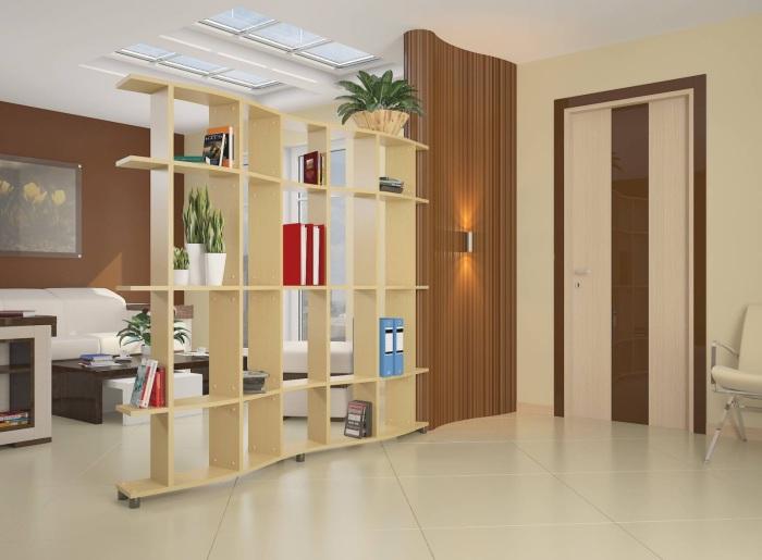 Великолепная гостиная комната с простыми и лаконичными деталями, небольшим журнальным столиком и стеллажом, разделяющим зону для отдыха от прихожей.