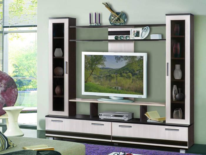 Яркая зона для просмотра телевизора в гостиной комнате.