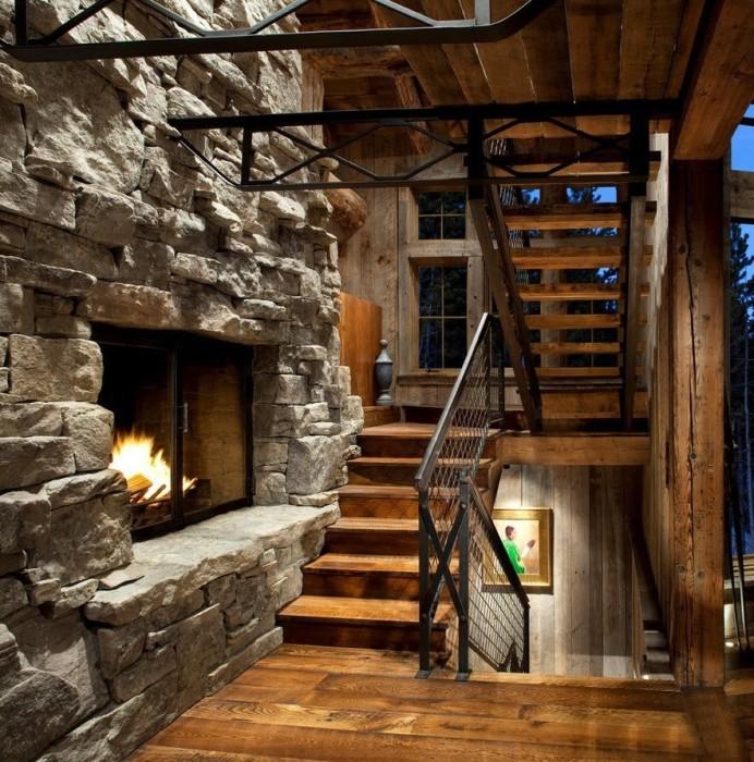Необычная деревянная лестница в стиле кантри для загородного дома.