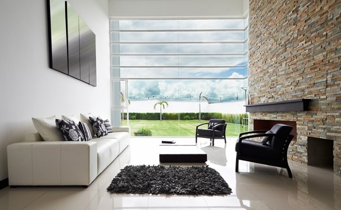 Расцветка декоративного камня идеально перекликается с общим стилевым направлением интерьера.