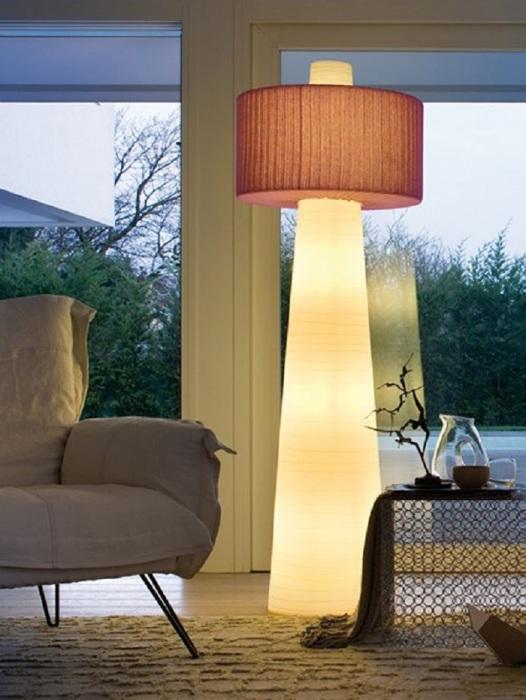 Напольный светильник из легкой прозрачной ткани.