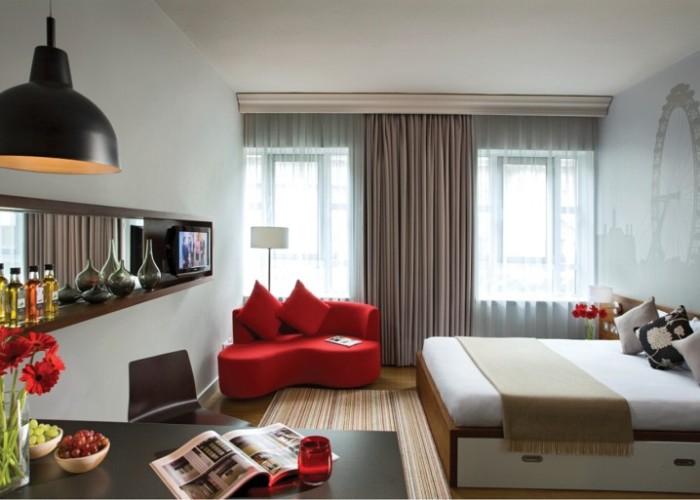 Яркие декоративные элементы помогают разнообразить цветовую гамму интерьера спальной комнаты.