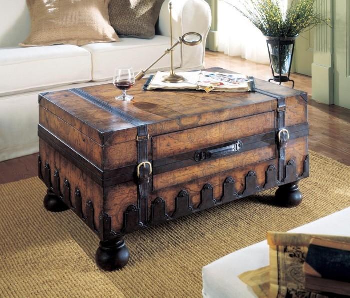 Пиратский сундук из твердой породы древесины в интерьере гостиной комнаты станет отличной заменой журнальному столику.