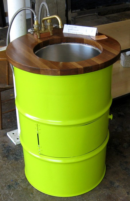 Салатовая раковина из металлической бочки станет настоящей изюминкой в ванной комнате.