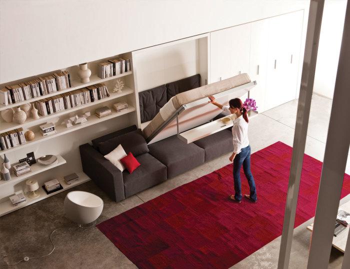 Встроенный в шкаф диван - нестандартное решение для зонирования пространства.