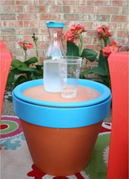 Горшок в виде маленького столика станет отличным украшением для вашего сада.