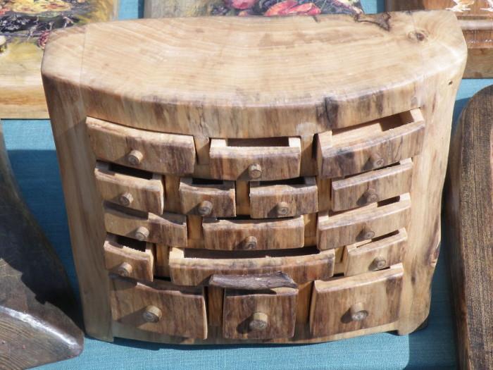 Комод из цельного массива древесины создающий особый микроклимат в помещении.