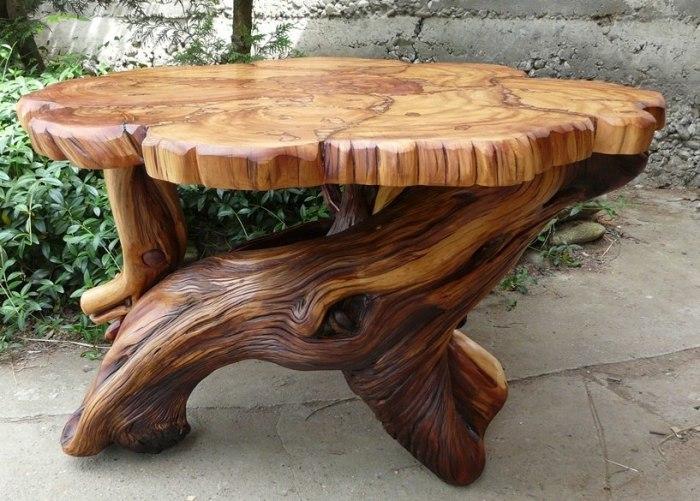 Журнальный столик из цельного массива древесины для садового участка.