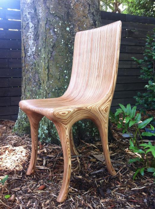 Простой стул в стиле минимализма из светлой породы древесины.