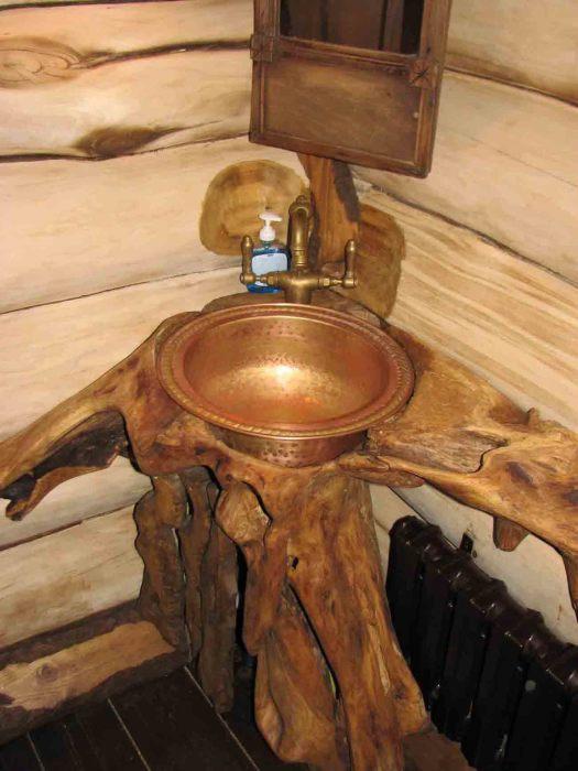 Сочетание дорогой породы дерева и металла в интерьере ванной комнаты.