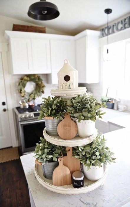 Многоярусный лоток для живых растений, который будет здорово смотреться в лаконичном интерьере кухни.