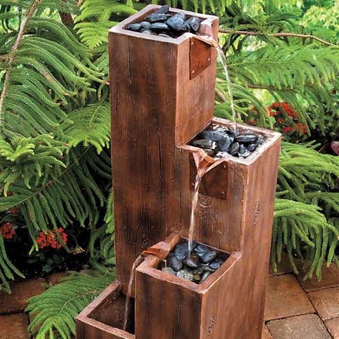 Деревянная конструкция станет выгодным решением для небольшого фонтана.