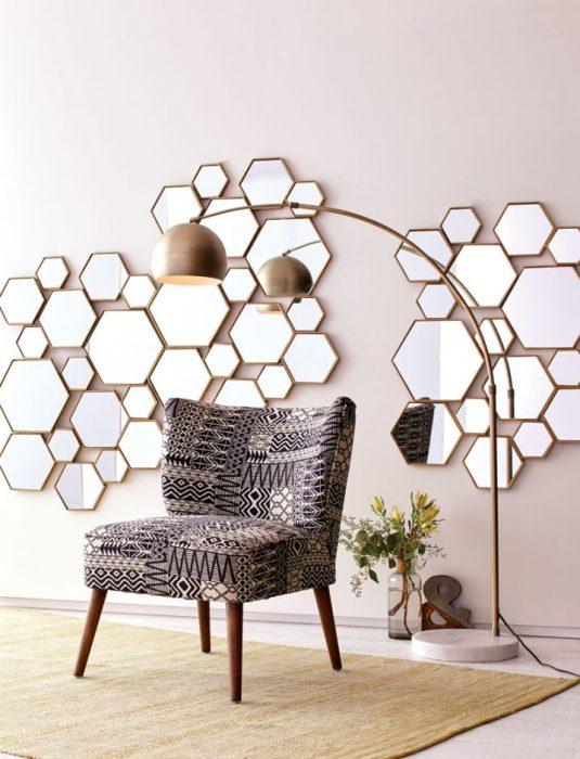 Множество зеркал на стене станут отличным дополнением к интерьеру.