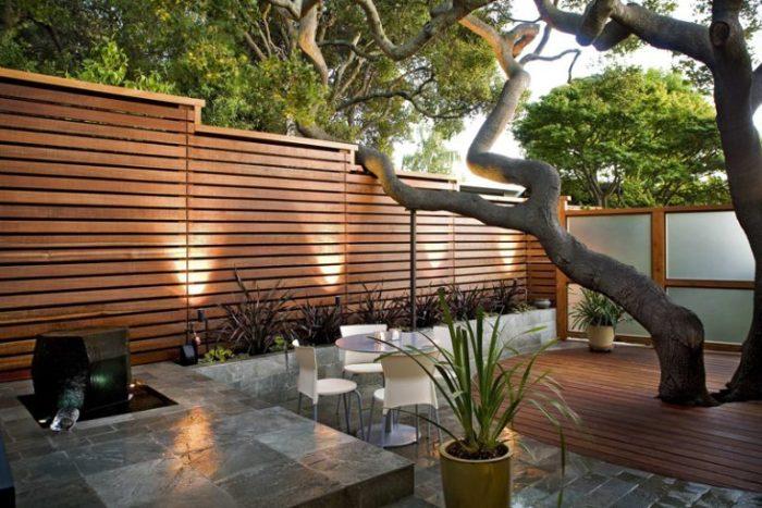 Огорожа з натурального дерева досить популярний і допоможе захистити ділянку від сторонніх поглядів.