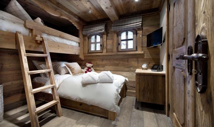 Спальня в стиле минимализма в загородном доме.