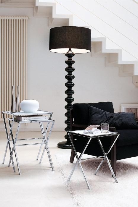 Современная модель черного напольного светильника в гостиной комнате.