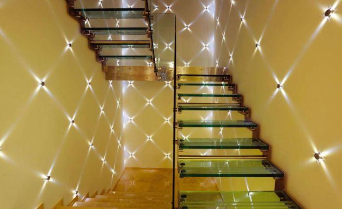 Маленькие светодиодные светильники, освещающие лестничный пролет, могут стать настоящей изюминкой в загородном доме.