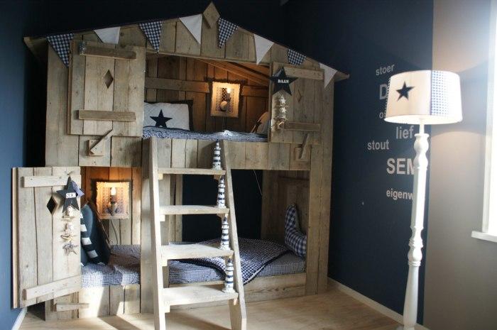 Деревянной домик в интерьере детской комнаты очень смелое решение.