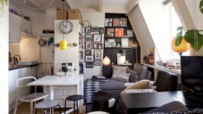 Стеллаж между спальней и кухней, который используется в роли перегородки.