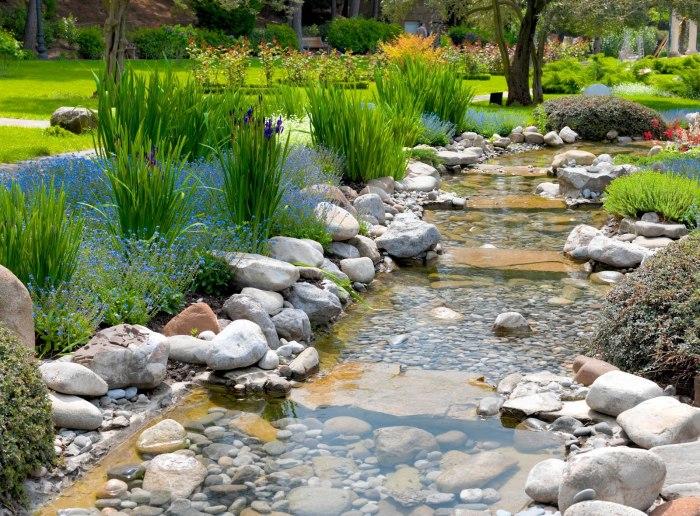 При создании искусственного водоема вам не обойтись без камней.