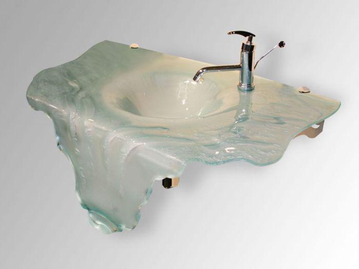 Отличный вариант оформления раковины в форме ледяной глыбы для настоящих любителей зимней свежести.