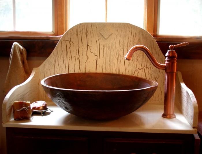 Деревянная раковина в форме большой пиалы.