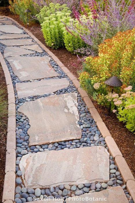 Садовые дорожки из натурального камня популярны за счёт своей долговечности.