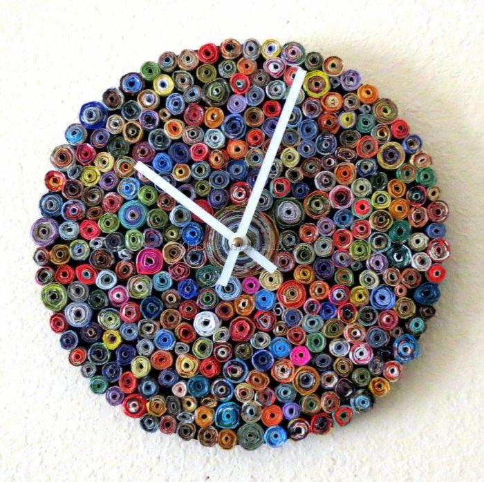 Сувенирные часы из большого количества разноцветных пуговиц станут отличным дополнением к вашему интерьеру.