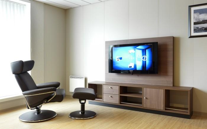 Шикарная гостиная комната с минимальным набором мебели.
