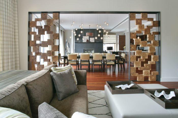 Перегородка из деревянных брусков позволит преобразить обстановку в комнате.