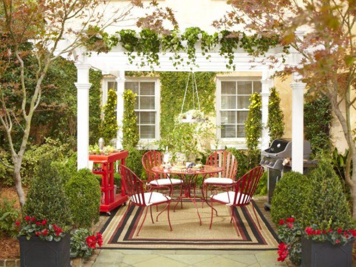 Каменная пергола в римском стиле, украшенная растениями и цветами станет прекрасной альтернативой летней беседки.
