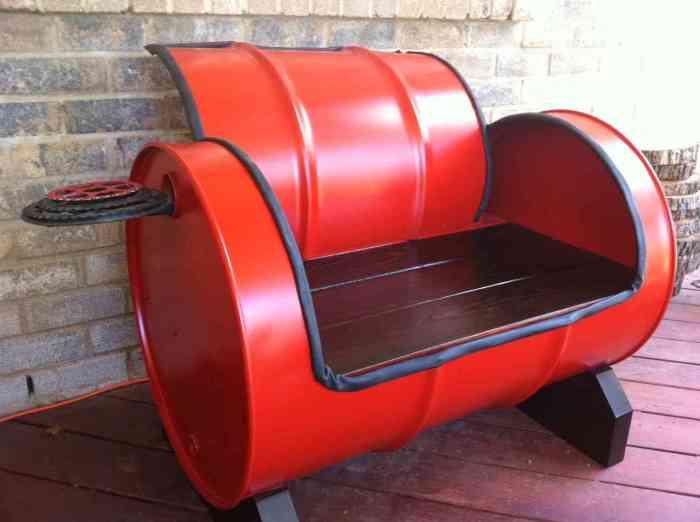 Мягкое кресло из покрашенной в красный цвет металлической бочки.