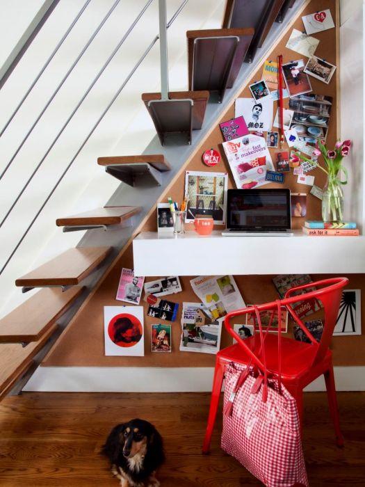 Пространство под лестницей – восхитительное место для оборудования рабочей зоны.