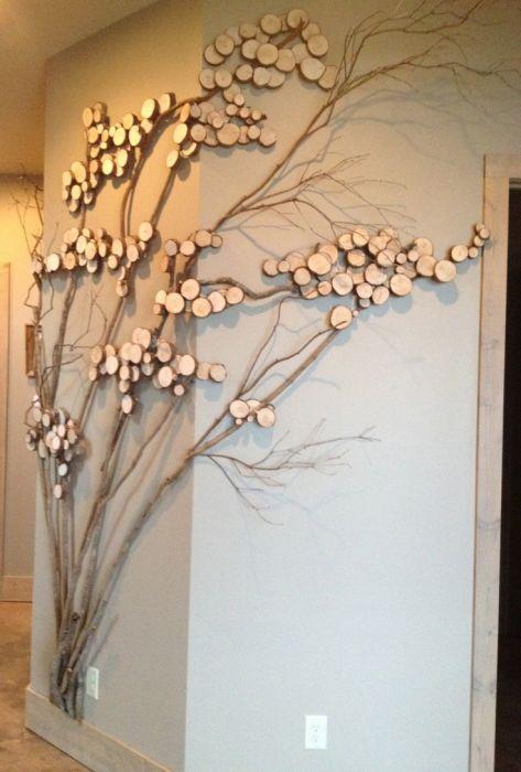 Прекрасный декор стены в виде дерева из разных пород древесины.