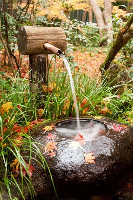 Настоящий фонтан из дерева в японском стиле.