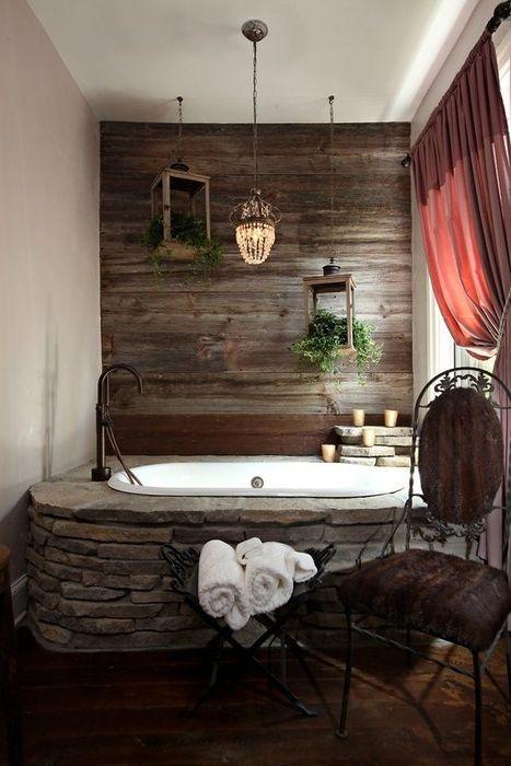 Стена в ванной комнате, обшитая разными породами древесины будет отлично смотреться в рустикальном интерьере.