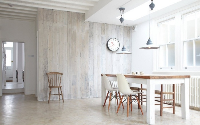 Отделка стены декоративными панелями из дерева - один из самых практичных, но дорогих вариантов отделки помещения.
