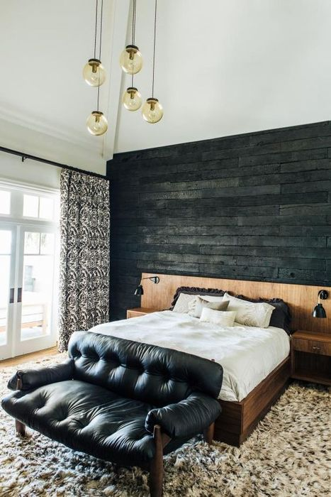 Акцент на одной стене, обшитой темной породой древесины.
