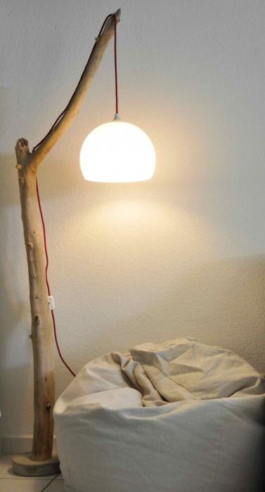 Напольный торшер с деревянным основанием станет важным элементом при  организации места для чтения.