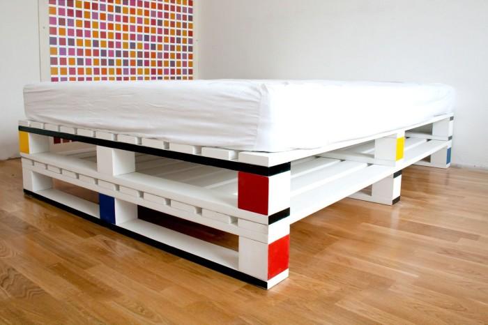 Чтобы сделать кровать из поддонов, потребуется небольшая мастерская, немного свободного времени и желание творить.